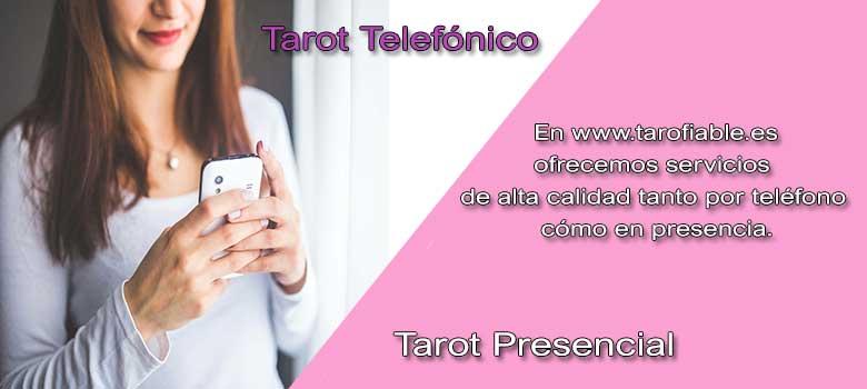 mujer hablando por teléfono al tarot