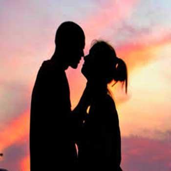 una pareja besandose en el atardecer