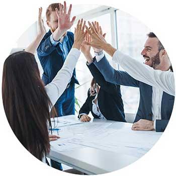 grupo de personas chocando las manos en la oficina